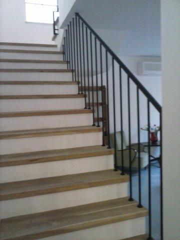 מדרגות עץ קו אלגנטי