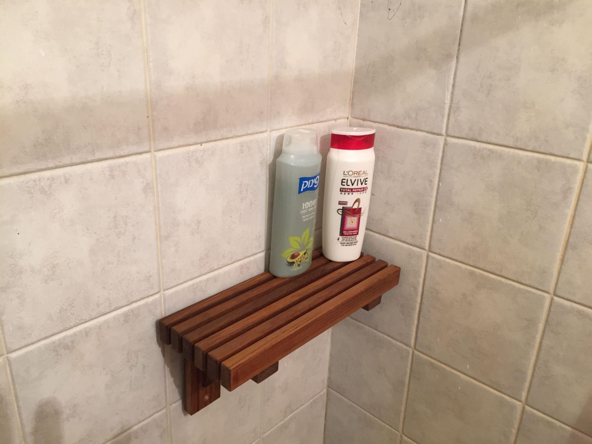 מדף עץ למקלחת