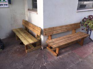 ספסל עץ טבעי בפינת עישון