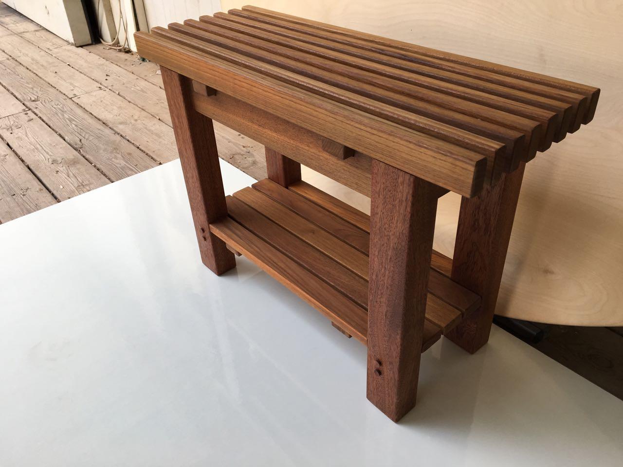 ספסל קוסטה מעץ טיק צר מהרגיל עם מדף