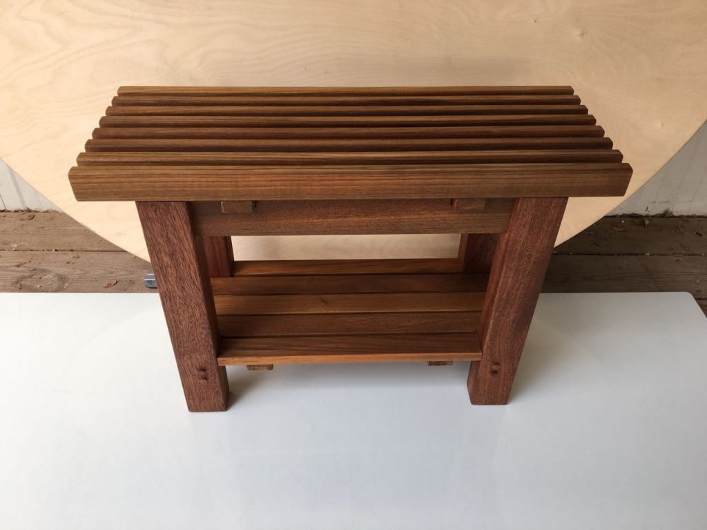 ספסל קוסטה מעץ טיק בגודל 65*23.5 ס״מ.